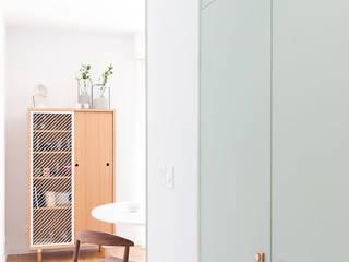 atelier DiTO Pasillos, vestíbulos y escaleras de estilo minimalista