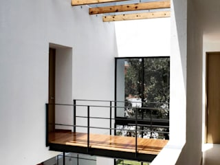 CaSA PEREZ: Pasillos y recibidores de estilo  por CoRREA Arquitectos