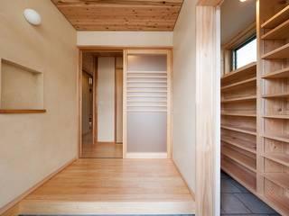 土佐木材、土佐漆喰で建てた気持ち良い家: エニシ建築設計事務所が手掛けた廊下 & 玄関です。