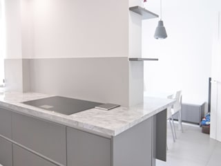 Minimalist kitchen by emmme studio Minimalist