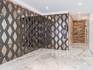 Pasillos, vestíbulos y escaleras de estilo minimalista de PHia Minimalista