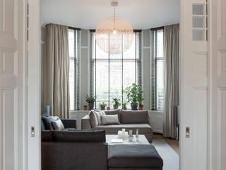 luxe woonkamer in warm herenhuis:  Woonkamer door choc studio interieur, Modern