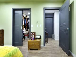 이웃과 함께하는 전원생활 (용인 고기동 주택): 윤성하우징의  드레스 룸,클래식