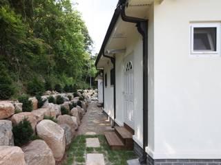 자연 속 힐링의 공간(원주 성남리 주택): 윤성하우징의  정원