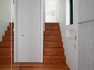 十字路に建つスキップハウス: 設計事務所アーキプレイスが手掛けた廊下 & 玄関です。