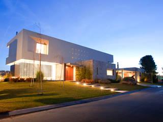 現代房屋設計點子、靈感 & 圖片 根據 Poggi Schmit Arquitectura 現代風