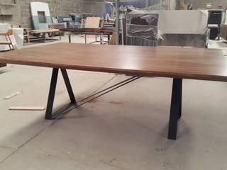 Mesa de comedor de nogal:  de estilo  por DSeAl Muebles.