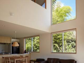 里山に建つ家: toki Architect design officeが手掛けたリビングです。