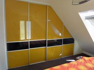 Schlafzimmerschrank in die Dachschräge:   von creativ-moebelwerkstaetten.de