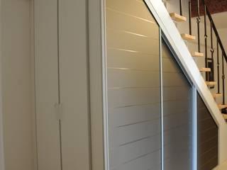Einbauschrank unter einer Treppe DÖRR planen+einrichten Moderner Flur, Diele & Treppenhaus Holz Beige