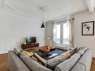 Aménagement d'un appartement haussmannien Salon moderne par Decorexpat Moderne