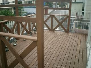 クロスフェンスのパーゴラ付きウッドデッキ: 阿部建設が手掛けたです。
