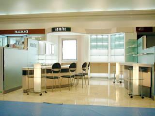 敏感肌化粧品店の設計: イデアール・スタディオが手掛けた商業空間です。