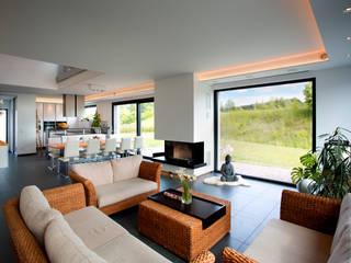 Salas / recibidores de estilo  por Klaus Geyer Elektrotechnik,