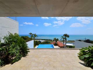 門一級建築士事務所 Balcones y terrazas de estilo tropical Azulejos Azul