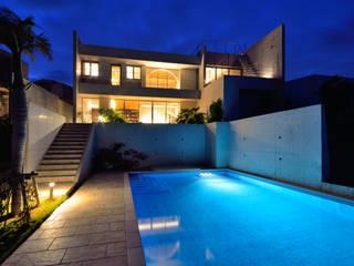 門一級建築士事務所 Piscinas de estilo tropical Azulejos Azul