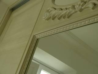 detalle talla armario empotrado decapé clásico:  de estilo  de Conely