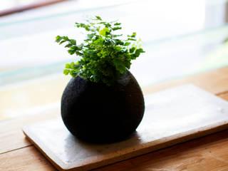 陶草ポット: 陶房 山本真郎が手掛けた現代のです。,モダン