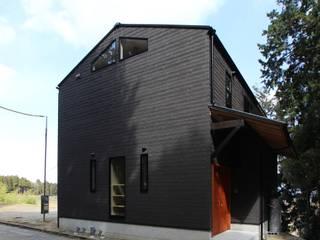 琵琶湖を望む家(デッキのあるローコスト住宅) ATS造家設計事務所 ミニマルな 家 スレート 黒色