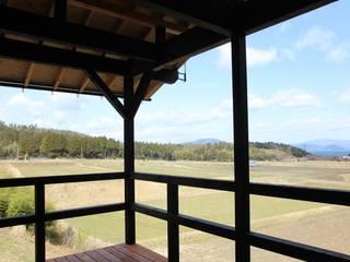 琵琶湖を望む家(デッキのあるローコスト住宅) ATS造家設計事務所 オリジナルデザインの テラス 木 黒色
