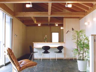 古海道の家(モダンデザインの外観・木質系インテリア) ATS造家設計事務所 オリジナルデザインの リビング 木 木目調