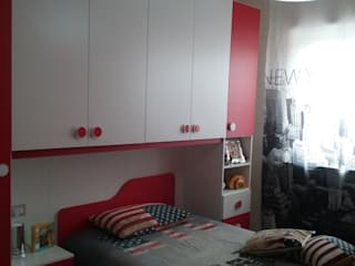 Cameretta rossa e bianca: Camera da letto in stile in stile Moderno di ARREDACASAOnLine