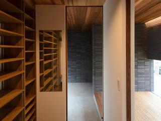 Pasillos, vestíbulos y escaleras modernos de バウムスタイルアーキテクト一級建築士事務所 Moderno