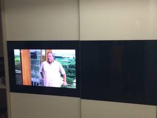 Portes coulissantes TV intégrée par Concept Dressing Moderne