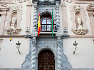 Puerta de madera con clavos y ventanas restauradas de Bibatoubi:  de estilo  de Conely