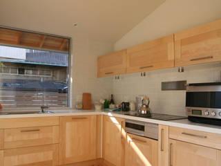 五十年家(吹抜けのある長持ちする住まい) ATS造家設計事務所 北欧デザインの キッチン 無垢材 木目調