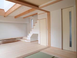 五十年家(吹抜けのある長持ちする住まい) ATS造家設計事務所 オリジナルデザインの 多目的室 無垢材 白色