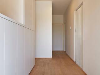 Daigo House(外観も含めた、全面リフォーム) ATS造家設計事務所 モダンスタイルの 玄関&廊下&階段 無垢材 白色