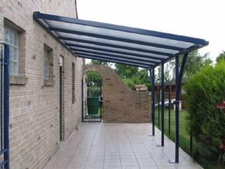 Pérgola con tejado voladizo de hierro:  de estilo  de Conely