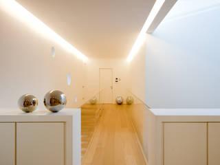 Nowoczesny korytarz, przedpokój i schody od STUDIO CERON & CERON Nowoczesny
