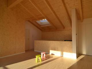 Sopralzo e ampliamento in legno: Casa di legno in stile  di Marlegno