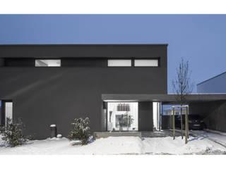 Eingang / Carport: moderne Häuser von gerken.architekten+ingenieure