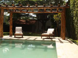 Moderne zwembaden van AIDA TRACONIS ARQUITECTOS EN MERIDA YUCATAN MEXICO Modern