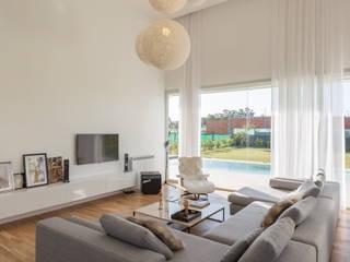 LIVING VISMARACORSI ARQUITECTOS Salas de estilo minimalista
