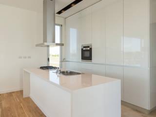 COCINA: Cocinas de estilo minimalista por VISMARACORSI ARQUITECTOS