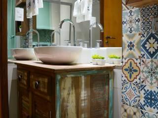 Banheiro divertido e rústico: Banheiros  por Camila Chalon Arquitetura,