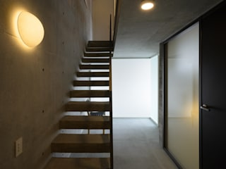 Modern Corridor, Hallway and Staircase by 風景のある家.LLC Modern