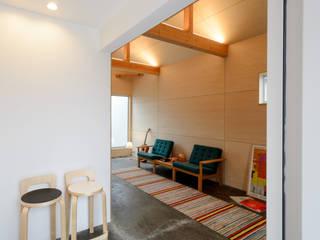 Corridor & hallway by 風景のある家.LLC, Modern Wood Wood effect