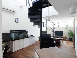 吹抜け螺旋階段の家 モダンデザインの リビング の 遊友建築工房 モダン