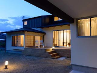 Casas de estilo escandinavo de 風景のある家.LLC Escandinavo