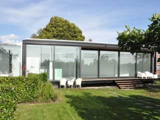 Uitbreiding villa te Sneek: moderne Huizen door AV Architectuur