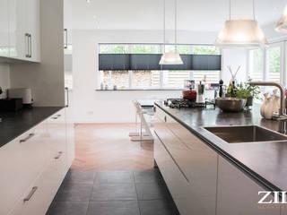 Keuken | betontegels en pvc visgraat vloer:  Keuken door Zilva Vloeren