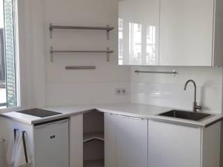 Renovation deux pièces meublé paris 16 Cuisine moderne par cbm interiors sas Moderne