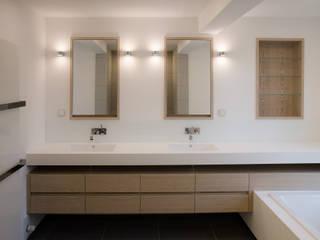 Waschtisch aus Corian und Eiche: moderne Badezimmer von stilfabrik GmbH