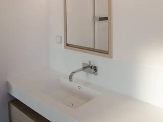 Corian Waschbecken: moderne Badezimmer von stilfabrik GmbH