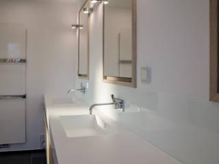 Corian Waschtischplatte: moderne Badezimmer von stilfabrik GmbH